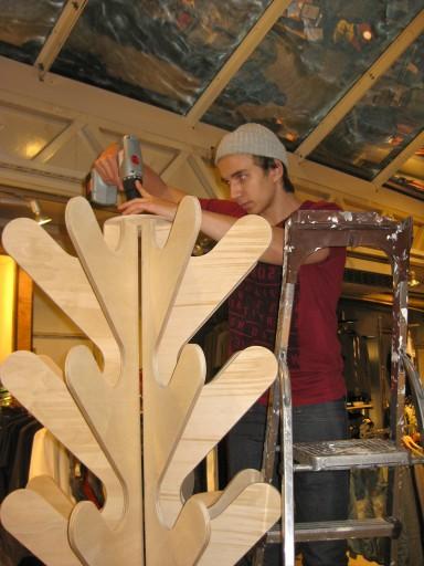 Työharjoittelijamme raaka-arska väläyttelee koboltin kovaa ammattitaitoaan rakentamalla uuden Costo telineen kasaan