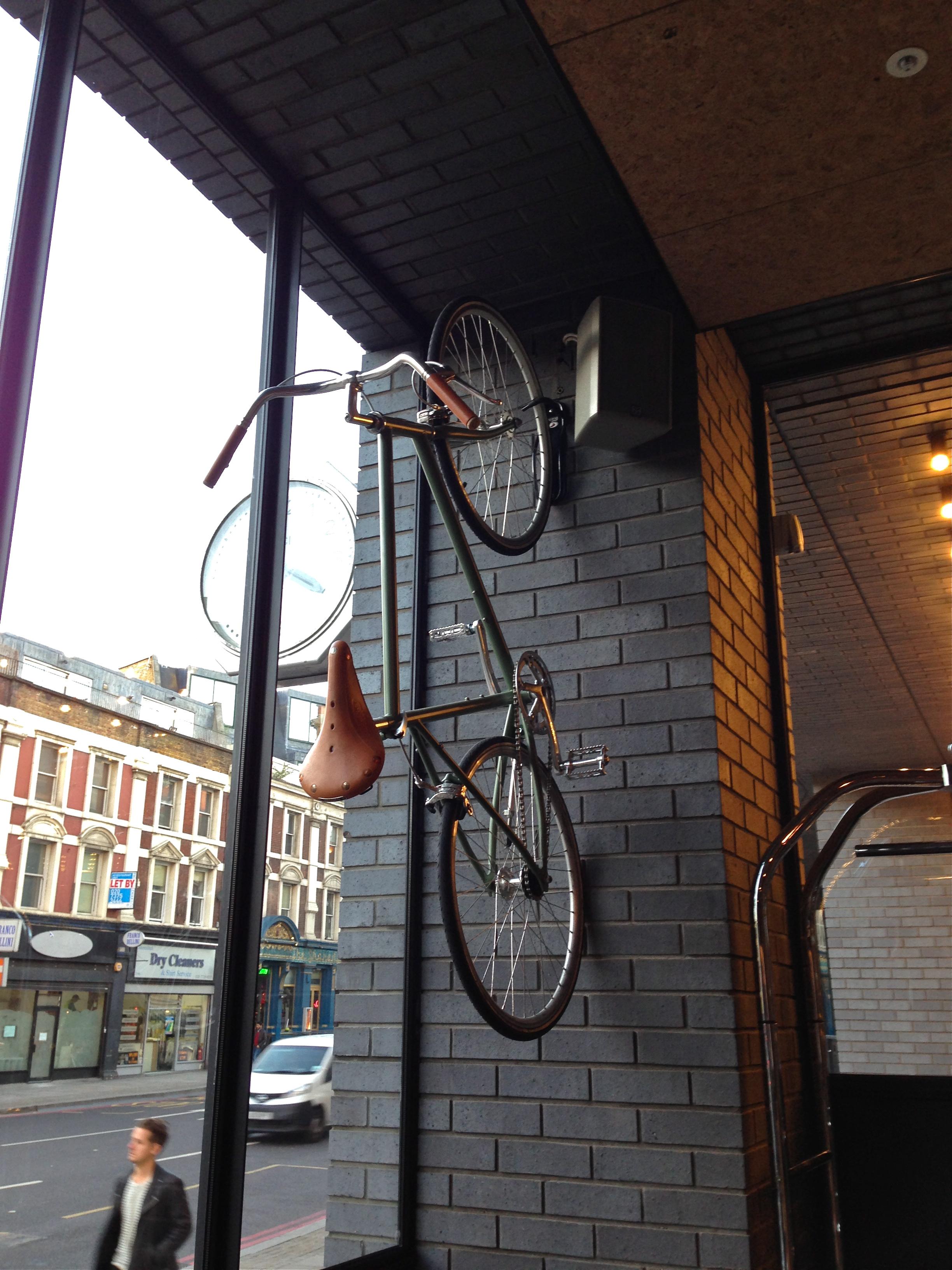 Pyörä hotellin seinällä